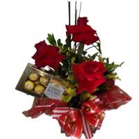 Arranjo com três Rosas Importadas + Ferrero com 8unidades
