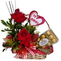 Cesta com arranjo de Rosas + Plaquinha+ Ferrero Rocher com 12 unidades