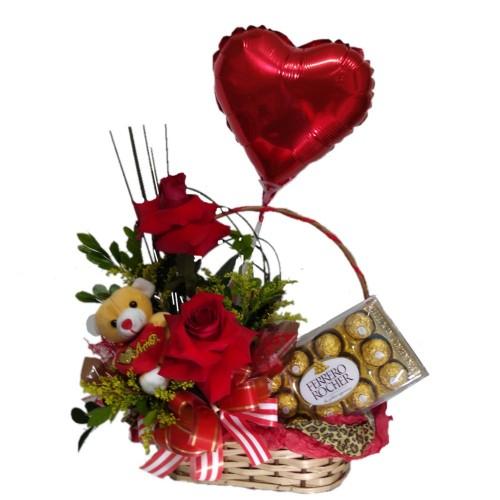 Cesta com arranjo de Rosas + Balão Coração Metalizado+Ursinho pequeno+Ferrero Rocher com 12 unidades