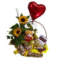 Cesta com arranjo de Girassol + Balão Coração Metalizado+ Ursinho pequeno+Ferrrero Rocher com 3 unidades+Amandita