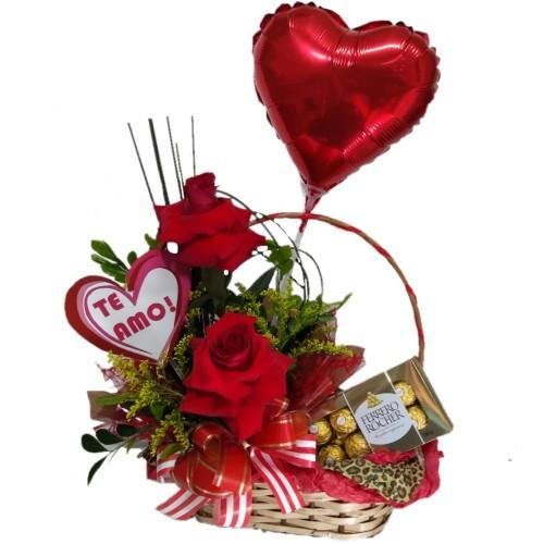 Cesta com arranjo de Rosas + Plaquinha+ Balão Coração Metalizado +Ferrero Rocher com8 unidades