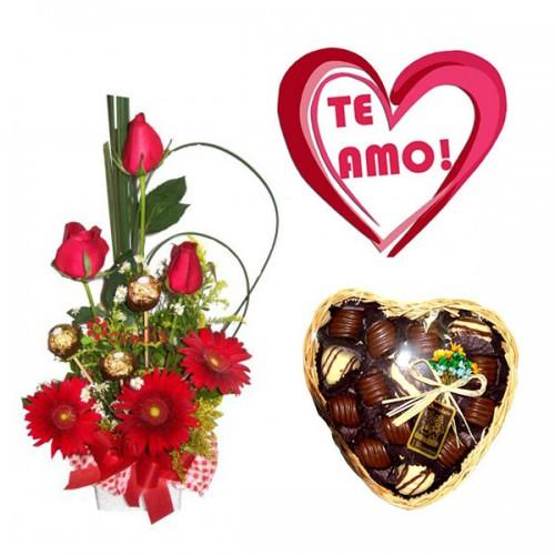 Combo Arranjo Rosas e Gérbera + Plaquinha + Bandeja de Vime Redonda de Chocolate